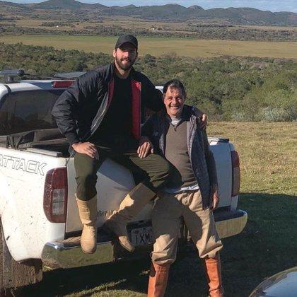José Becker junto a uno de sus hijos. El papá de los arqueros brasileños fue encontrado muerto en una represa en Lavras do Sul