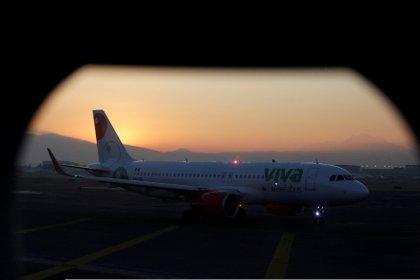 Un avión de VivaAerobus el Aeropuerto Internacional Benito Juarez en Ciudad de México. REUTERS/Daniel Becerril