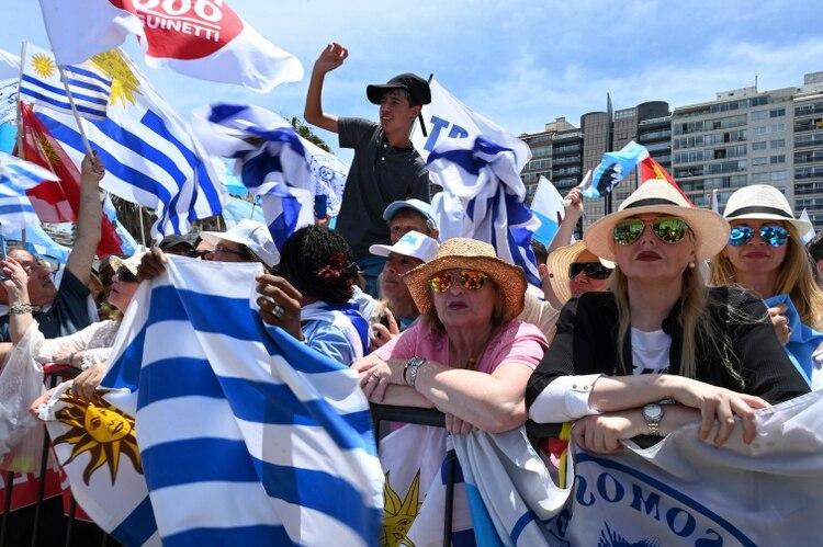 Simpatizantes de Luis Lacalle Pou, en Montevideo (AFP)