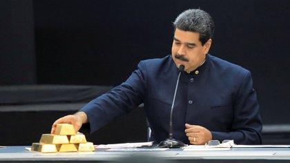 Nicolas Maduro con lingotes de oro (REUTERS/Marco Bello/File Photo)