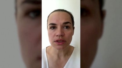 La candidata opositora Svetlana Tikhanouskaya envió un mensaje  por las redes sociales apenas llegó al exilio en Lituania. Handout/Reuters TV.