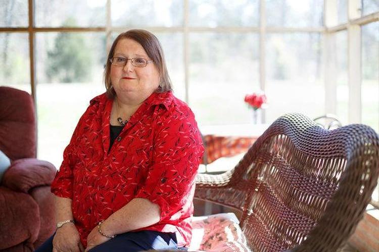 Aimee Stephens, una mujer transgénero que fue despedida de una funeraria de Detroit después de informar a su empleador que estaba comenzando su transición de género. La administración Trump presentó un amicus curiae en el caso Stephens en apoyo al empleador.