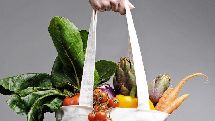 Las frutas y verduras son alimentos esenciales en una alimentación saludable (iStock)