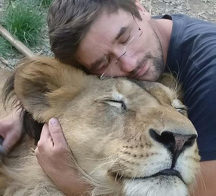 El hombre también tenía una leona en su casa