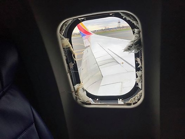 """La ventana por la que fue """"chupada"""" la pasajera (Marty Martinez/Facebook)"""