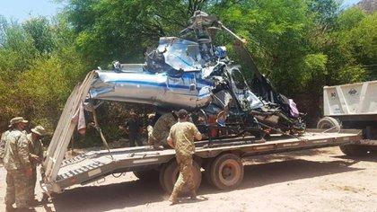 Personal del Ejército trasladando la aeronave
