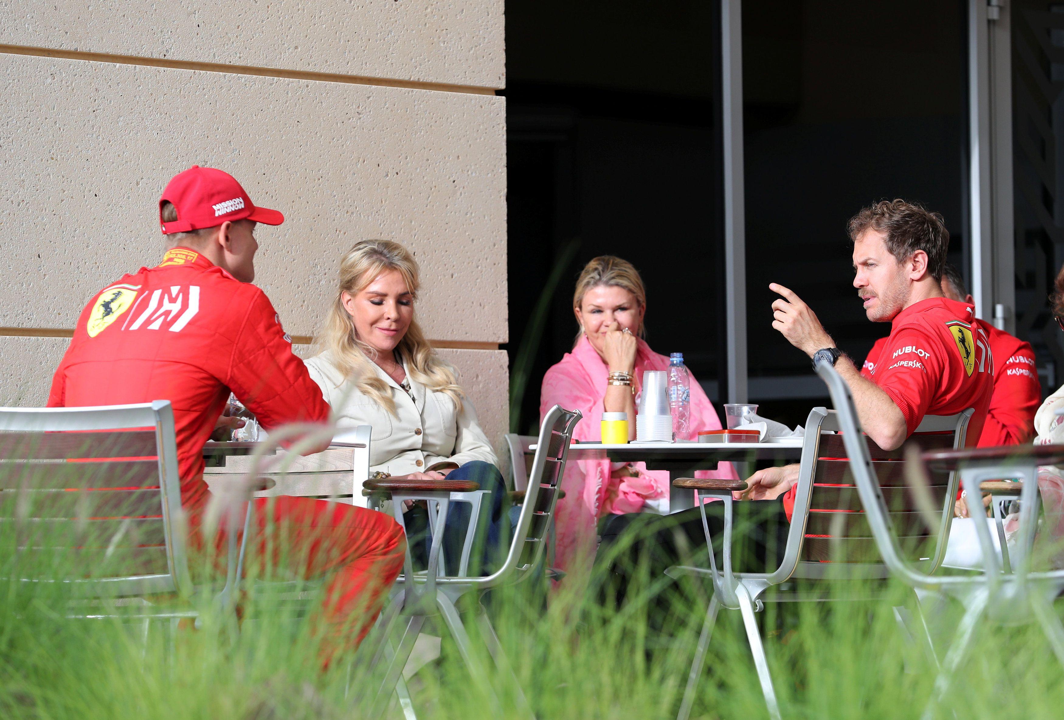 Sebastian Vettel en el 2019 hablando con Corinna y Mick Schumacher cuando ambos formaban parte de la esfera Ferrari: él como piloto principal y Mick en la Academia (Foto: Reuters)