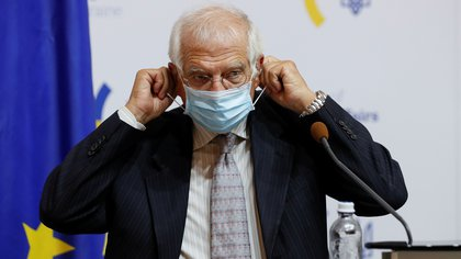 High Representative of the European Union for Foreign Affairs and Security Policy Josep Borrell puts on a protective face mask during a news conference following the talks with Ukrainian Foreign Minister Dmytro Kuleba in Kyiv, Ukraine September 22, 2020. REUTERS/Gleb Garanich