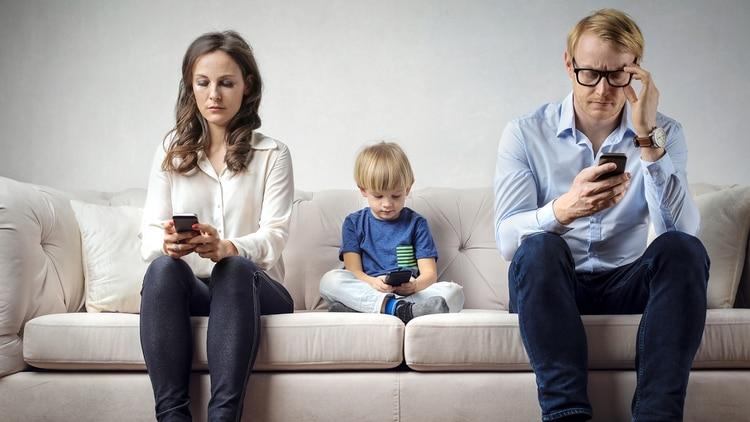 Como en la vida, en el uso del celular, los padres deben predicar con el ejemplo (Getty)