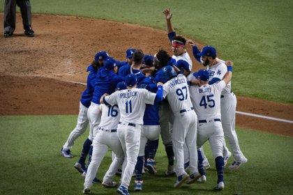 Los Dodgers de Los Ángeles celebran en el sexto juego de la Serie Mundial 2020 en el Globe Life Field. Mandatory Credit: Jerome Miron-USA TODAY Sports