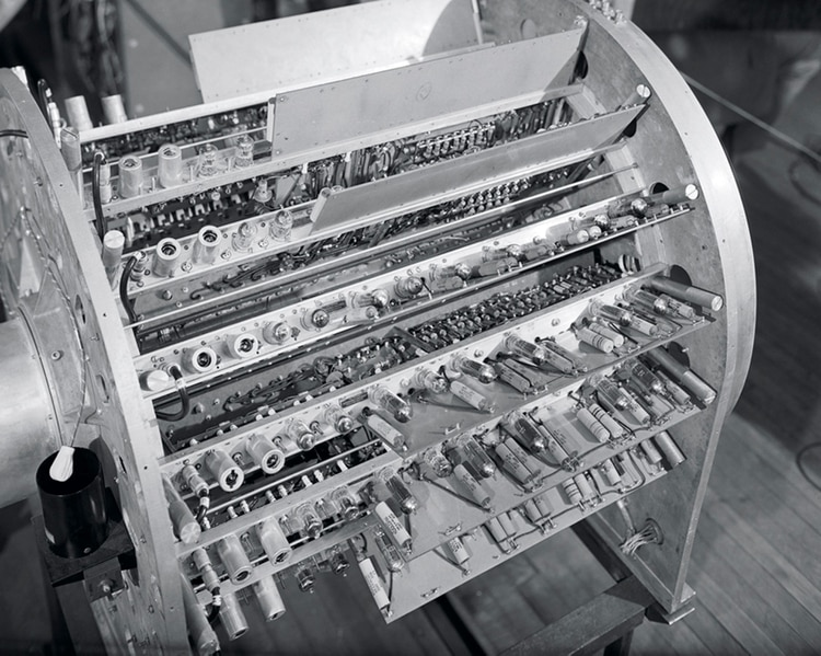 La ENIAC fue construida en la Universidad de Pensilvania por John Presper Eckert y John William Mauchly: ocupaba 167 metros cuadrados y consumía 160 kW.