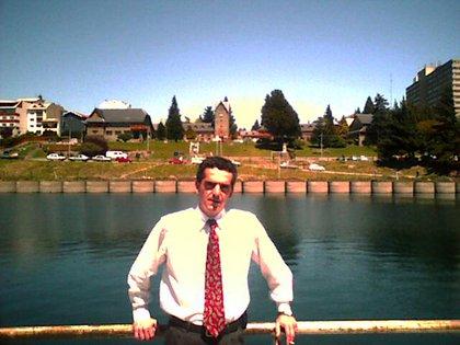 Fernando en Bariloche trabajaba para la empresa de seguros médicos. Entraba a las seis de la mañana para ducharse y cambiarse en la oficina