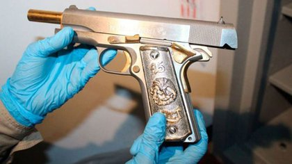 En una de las armas bañadas con oro se aprecia un número 45
