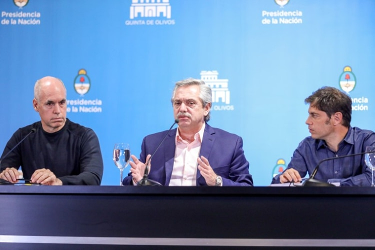 El presidente Alberto Fernández en una conferencia de prensa sobre el coronavirus con el jefe de Gobierno porteño, Horacio Rodríguez Larreta, y el gobernador de la provincia de Buenos Aires, Axel Kicillof