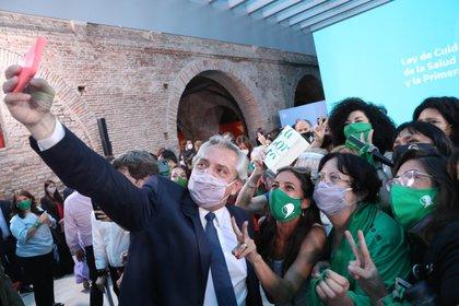 El Presidente Alberto Fernández se saca una selfie junto a Soledad Deza y Marta Alanis de Católicas por el Derecho a Decidir. Una toma similar se sacó en su campaña electoral.