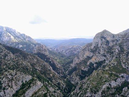 Recorre un total de 21 km dejando a derecha e izquierda increíbles muros naturales que llegan a alcanzar los 600 metros de altura