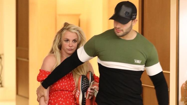 Britney Spears, saliendo del hotel The Montage en Beverly Hills luego de pasarel día con su novio Sam Asghari. Es la primera vez que la estrella es vista desde su internación en un psiquiátrico (The Grosby Group)