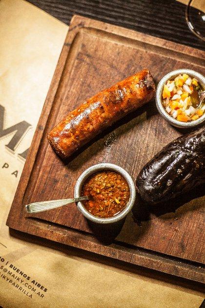 El Gran Chori de Maiky Parrilla, es el clásico choripán con chimi churri, pero en vez de pan francés, lo sirven en pan casero con parmesano