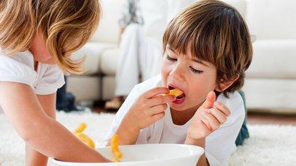 Para prevenir el atragantamiento se debe evitar que los niños menores de 3 años jueguen o manipulen objetos con piezas pequeñas, no ofrecer alimentos que se atoren fácilmente (Shutterstock)