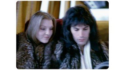 Freddie Mercury con Mary Austin, su novia de ese entonces, en 1975 (BM)