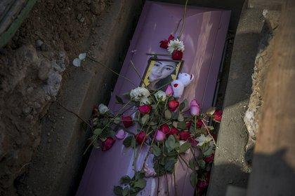 Tijuana, Baja California, 14 de febrero de 2020 - Familiares y amigos dieron el último adiós a Marbella Valdez, estudiante de la Universidad Autónoma de Baja California quien fue encontrada asesinada el sábado 8 de febrero en un basurero. Al funeral se presentó también el hombre que este sábado fue detenido por el feminicidio de la joven (Foto: Omar Martínez/Cuartoscuro)