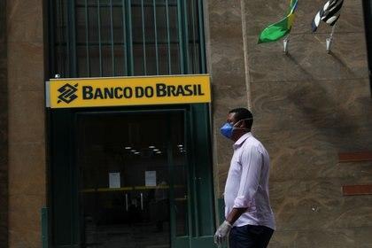 Un hombre con barbijo camina frente al Banco de Brasil, en San Pablo (REUTERS/Amanda Perobelli)