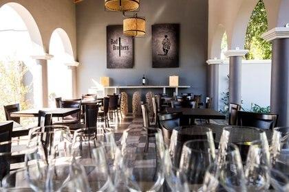 Bad Brothers es el primer wine bar de Cafayate, provincia de Salta. A metros de la plaza principal se puede consumir el vino por copa en una casa de más de 150 años