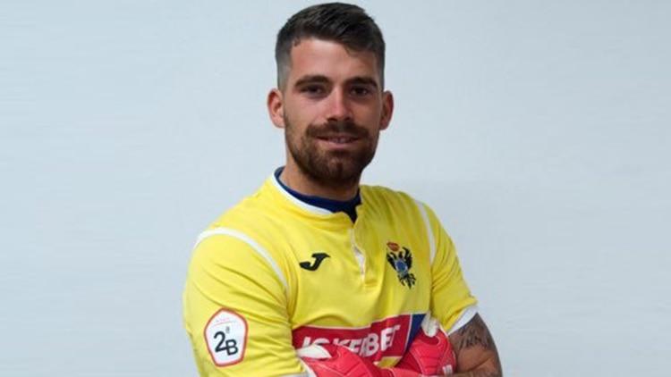 El arquero se inició en el Hércules CF fútbol, en donde jugó desde los 7 a los 12 años. El 27 de enero de 2014 firme un nuevo contrato hasta que 2016. El 7 de junio, mientras todavía era juvenil, jugó su primer partido como profesional.