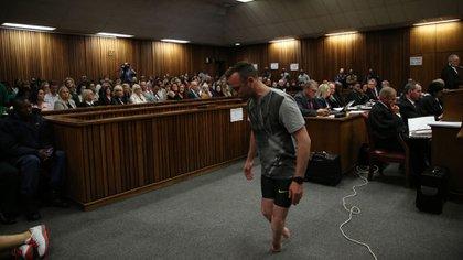 Pistorius caminó frente al tribunal sin sus piernas artificiales para mostrar su discapacidad, mientras era acusado de homicidio (AFP)
