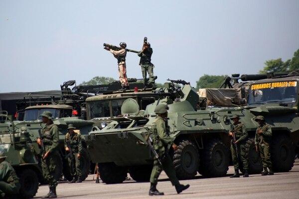 Un soldado apunta un lanzamisil Igla-S (REUTERS/Carlos Eduardo Ramirez)