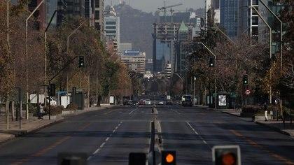 FOTO DE ARCHIVO. Vista de una calle vacía en un barrio acomodado durante la cuarentena impuesta debido al brote de la enfermedad por coronavirus (COVID-19), en Santiago, Chile. 18 de mayo de 2020. REUTERS/Iván Alvarado