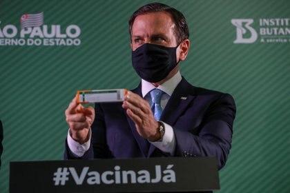 El gobernador del estado brasileño de Sao Paulo, Joao Doria, sostiene una caja de la vacuna contra la enfermedad del coronavirus Sinovac (COVID-19) de China durante una conferencia de prensa sobre los resultados de su eficacia en el Instituto Butantan de Sao Paulo, Brasil, el 7 de enero de 2021. REUTERS/Amanda Perobelli