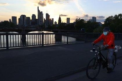 FOTO DE ARCHIVO: Un ciclista en la ciudad de Fránfort Alemania, el 29 de abril de 2020. REUTERS/Kai Pfaffenbach
