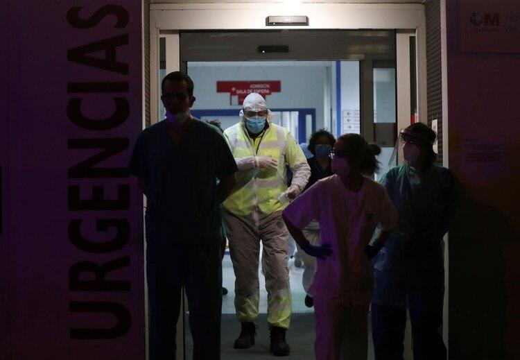 Un trabajador de la salud deja a un paciente en el hospital La Princesa durante el brote de COVID-19 en Madrid, España, el 25 de marzo de 2020. (REUTERS/Susana Vera)