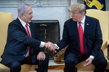 El saludo entre ambos mandatarios en la Casa Blanca (AFP)