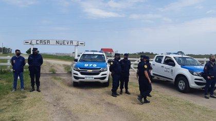 """La custodia policial presente en la entrada del campo """"Casa Nueva"""", donde se intenta evitar un enfrentamiento entre productores rurales y los usurpadores"""