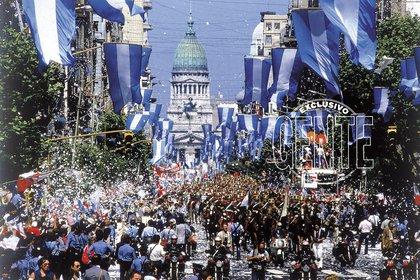 El festejo por el regreso de la Democracia sobre Avenida de Mayo.