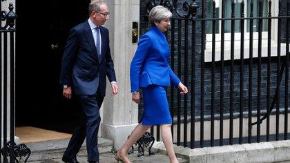 Theresa May saliendo deDowning Street (AP)