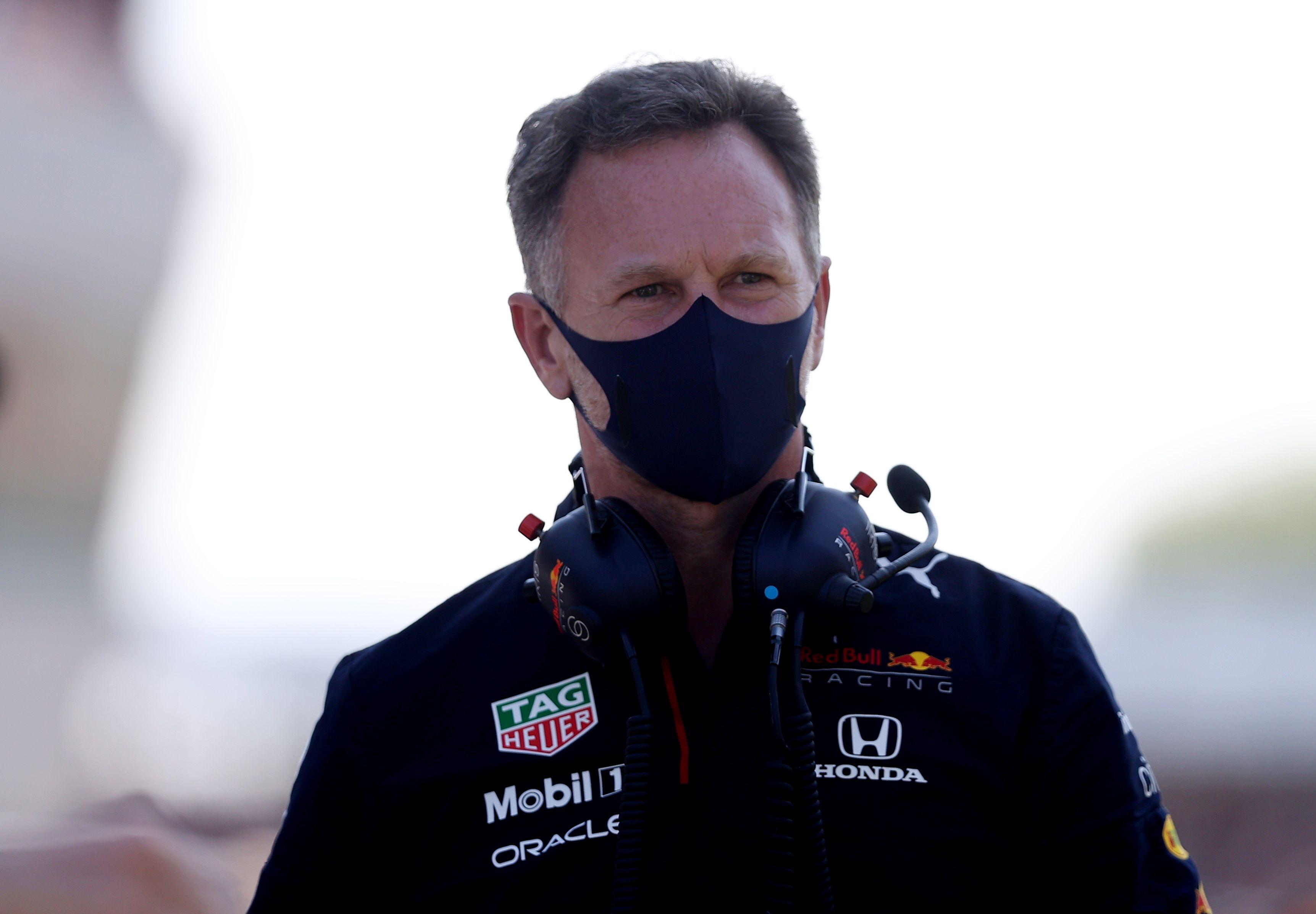 Christian Horner se mostró molesto con la penalización que recibió Lewis Hamilton tras dejar fuera de la carrera a Max Verstappen (REUTERS/Lars Baron)
