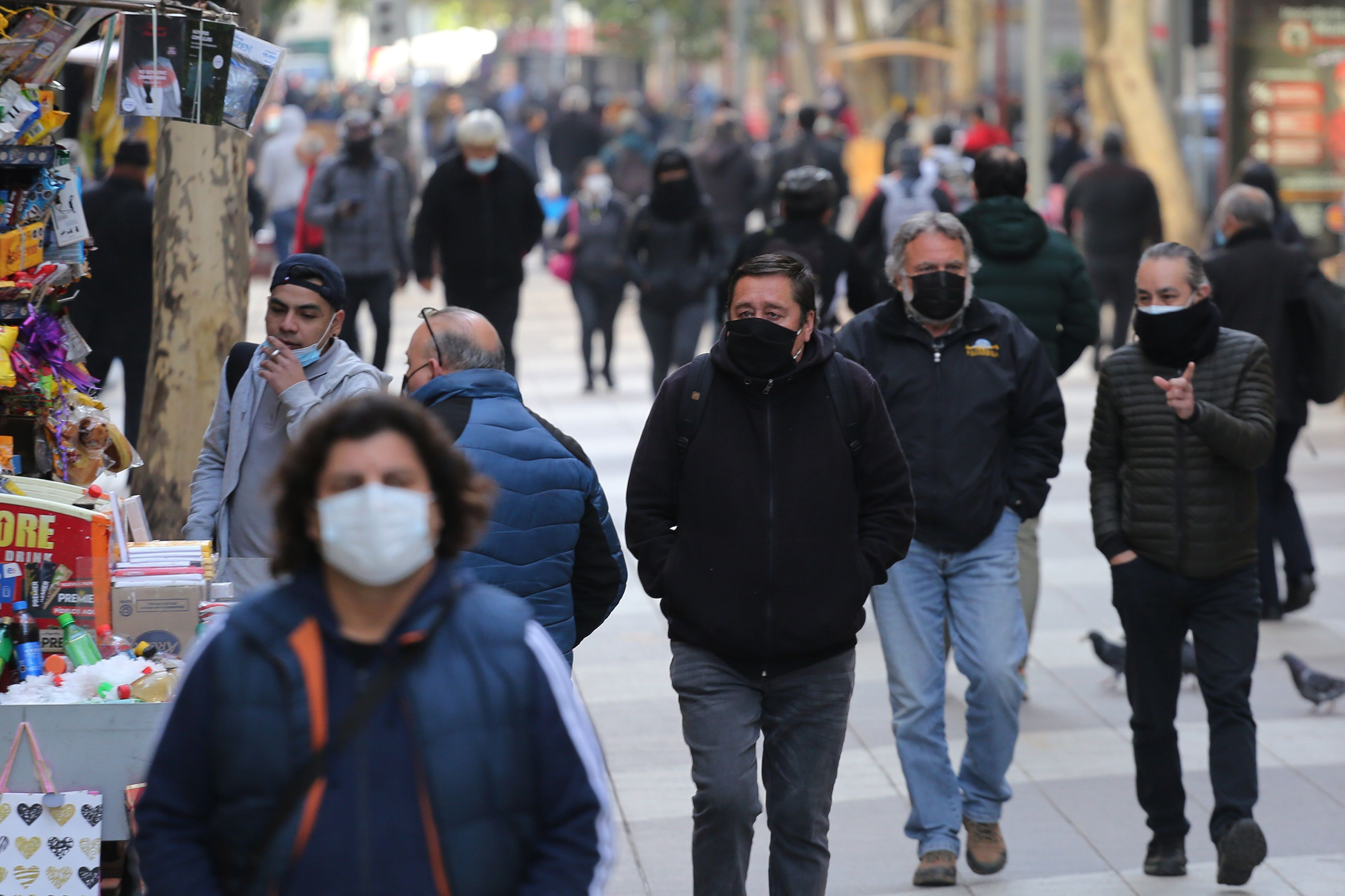 Personas caminan por una calle hoy en Santiago (Chile). EFE/Elvis González