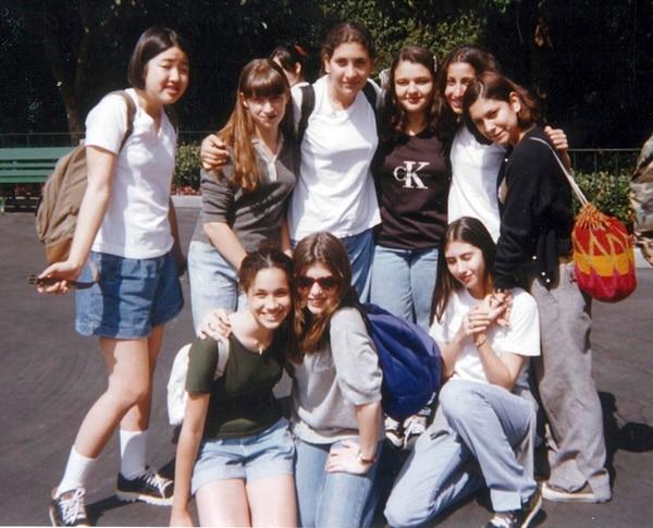 Junto a su grupo de amigas en Disney Land (Grosby)