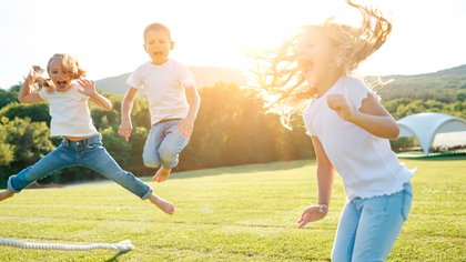 A nivel personal, el disfrute es un factor crítico, por lo que encontrar formas creativas de participar en la actividad física que los niños/adolescentes disfruten es importante (Shutterstock)