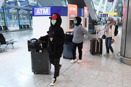Así se ve a las personas que viajan en plena pandemia EFE/EPA/ANDY RAIN/Archivo