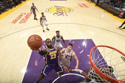 LeBron James aportó 29 puntos, 11 asistencias, 4 rebotes y 3 robos (AFP)