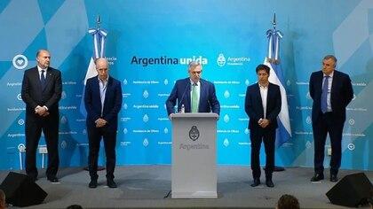"""El presidente de Argentina, Alberto Fernández, decretó el aislamiento """"preventivo y obligatorio"""" de la población desde el viernes hasta el 31 de marzo, para detener la propagación del COVID-19."""