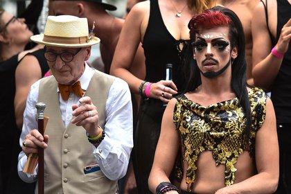 El cocinero y modelo alemán Guenther Anton Krabbenhoeft, también conocido como el abuelo hipster, participa en el desfile anual del orgullo Christopher Street Day (CSD) de Berlín el 22 de julio de 2017