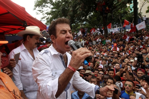 El líder y candidato opositor Salvador Nasralla durante las protestas. (REUTERS/Jorge Cabrera)