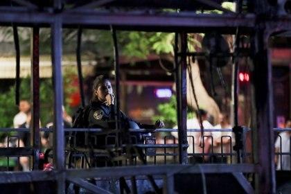 Un policía en el lugar del impacto de un misil palestino en Holon, Israel. REUTERS/Ronen Zvulun
