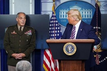 El presidente Donald Trump con el general del Ejército Gustave F. Perna. REUTERS/Kevin Lamarque