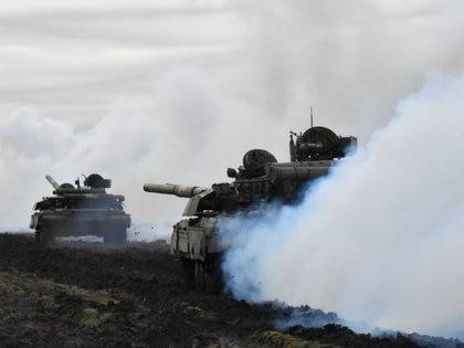 I carri armati delle forze armate ucraine sono fotografati durante un'esercitazione in un luogo sconosciuto vicino al confine con la Crimea in questa foto rilasciata dallo Stato maggiore delle forze armate ucraine, il 14 aprile 2021. Stampa dello Stato maggiore delle forze armate dell'Ucraina / Newsletter tramite Reuters